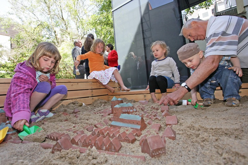 Little treasure hunters in the sandbox with a model of the Historic Centre to dig up